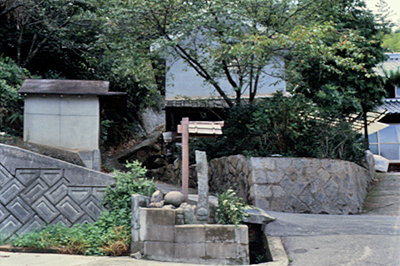 西願寺下の坂道