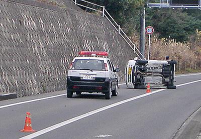 本当に痛い車…横転事故