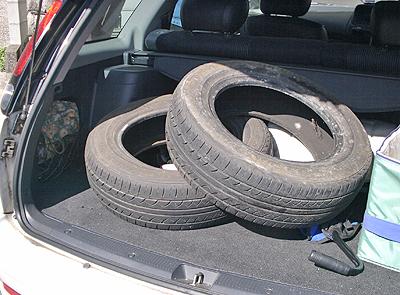 タイヤを積め込み某ディーラーへ