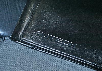 Autech本革車検証入れの型押しロゴ