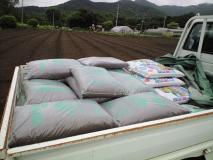 鶏糞と化成肥料のトラック