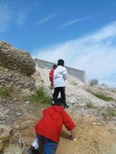 がけを登る子どもたち