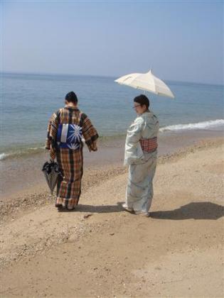 海の着物婦人。