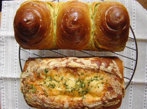 20090413チーズ巻き食パン&抹茶シート折込パン2本並べて