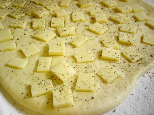 20090413チーズ巻き食パンチーズを散らしたところ