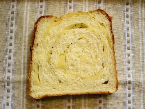 20090413チーズ巻きパン断面