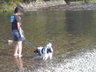 妹とクン 川にて2