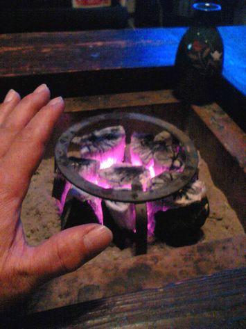 囲炉裏の火。熱いよ~!