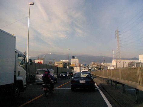 休日とは比較にならない辛い渋滞、先頭は何してるのか?
