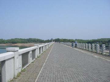 狭山ダムの上の道
