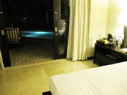 部屋とプール