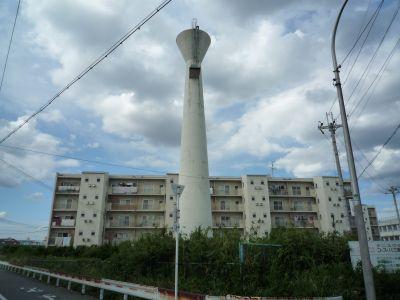 大阪ガス金岡社宅の給水塔と住棟
