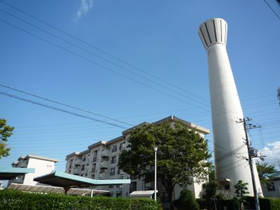 大阪府公社茨木安威団地の住棟と給水塔