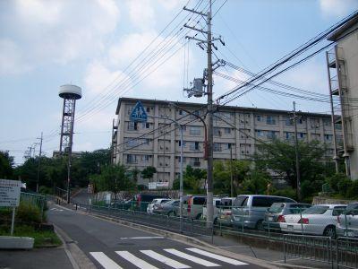 大阪府公社香里三井C団地の給水塔と住棟