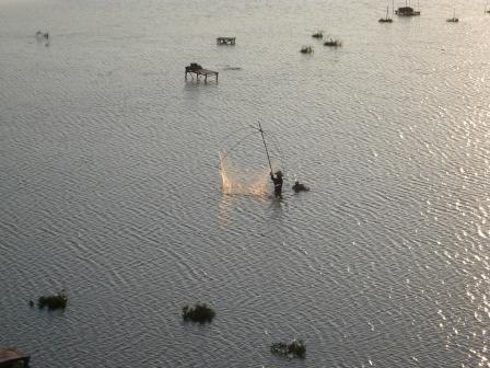メコン川で四手網