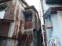 協和亭付近の味わい深いトタン建物