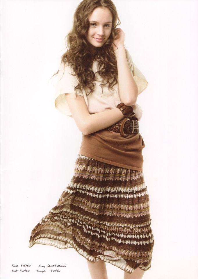 LOUNIE(ルーニィ)通販:2009夏物公式カタログ(11):Oggi5月号掲載のタイダイ風ニットはアレンジ無限のおしゃれアイテム!ロングスカートと編みベルトでリゾート気分!