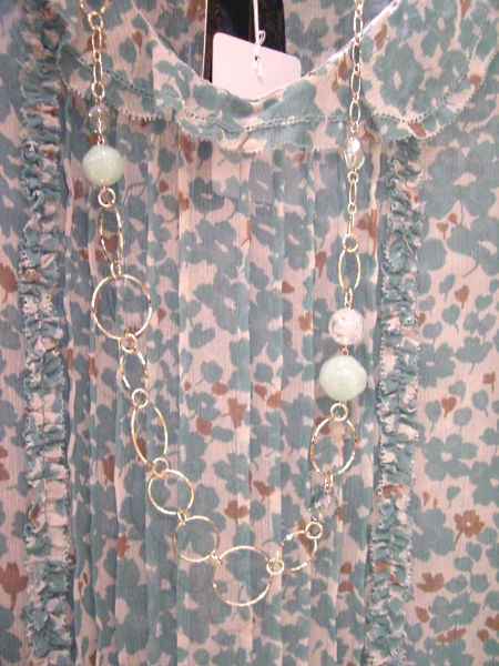 OUNIE(ルーニィ)通販:2009春物VOYAGE:花柄ブラウスにはロングネックレスもかわいい