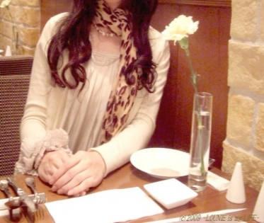 LOUNIE(ルーニィ)通販:LOUNIEを着てプランタン銀座の禁煙イタリアンへ♪Withに連続して掲載された超機能的パーティワンピース・LOUNIE'08秋冬胸花サテンワンピースの白です♪胸のコサージュは取り外してブレスに!