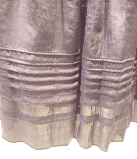 OUNIE(ルーニィ)通販:2009春物VOYAGE:花柄ブラウスと合わせたサテンスカートのすそ