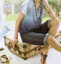LOUNIE(ルーニィ)通販:Oggi(オッジ)5月号(2009年)掲載のルーニィタイアップ(5) Oggiモデルのヨンアさん着用、タイダイ風ニット、ボーイフレンドデニムで大人カジュアル