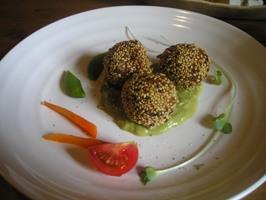 玄米旬菜ランチ「里芋とレンコンのゴマ団子 ブロッコリーソース」