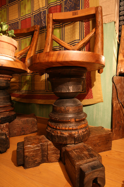 古木の椅子。