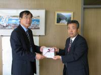 伊藤所長から目録を贈呈されました