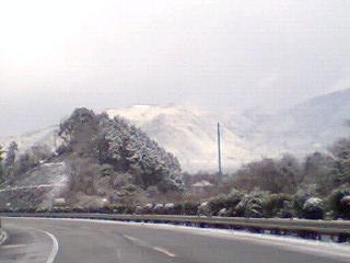 雪積もる山