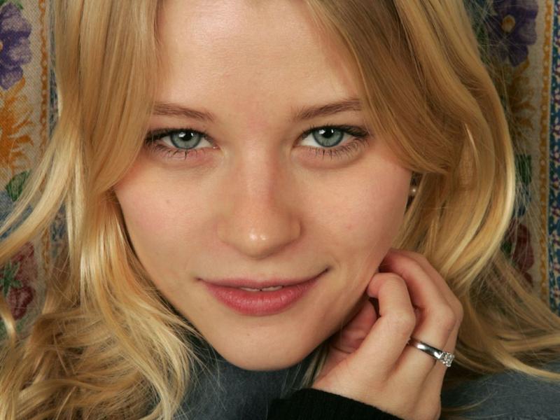 Emilie De Ravin 04