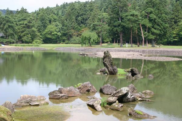 出島石組と池中立石