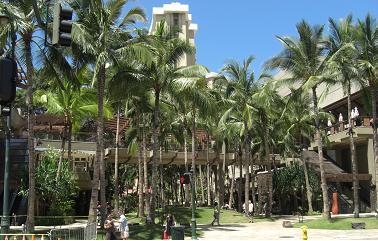 カラカウア通りの高級ホテル入口