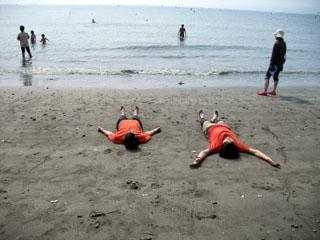 ⑧浜で大の字