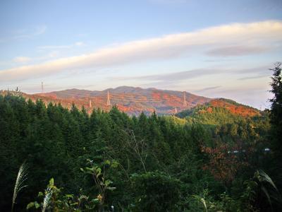 朝日で輝く志道山地