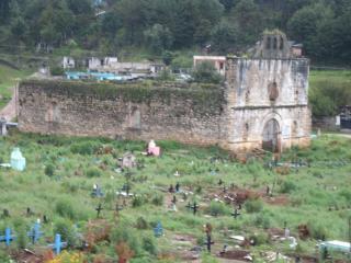廃墟の教会と墓地