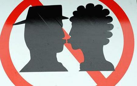 kissing-railway_1296614c.jpg