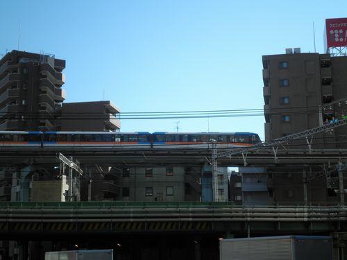 東京モノレールと出会う(港区芝1丁目・国道130号線分岐点付近)