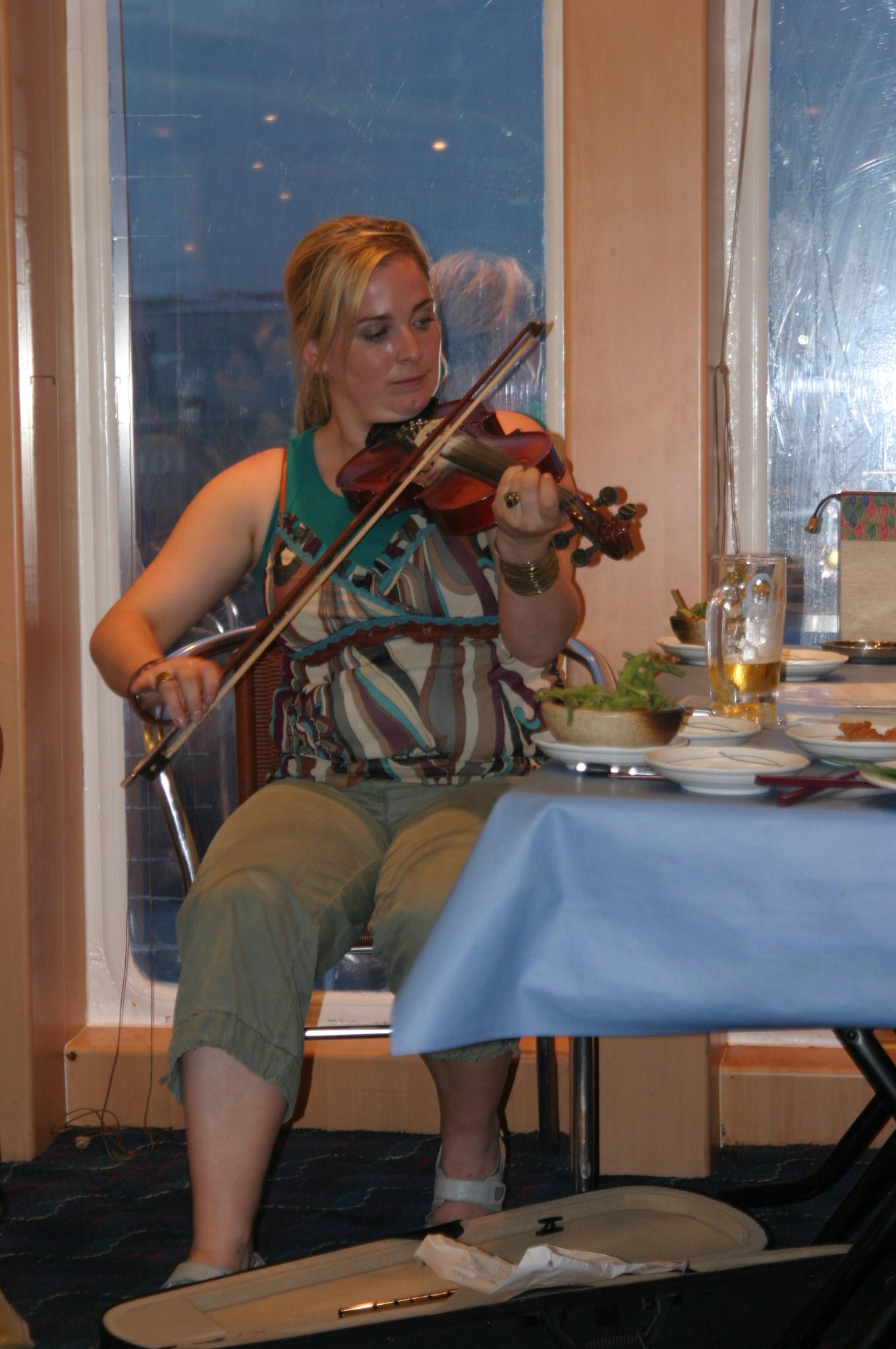 ヴァイオリンを弾くオルラ マッカフレさん