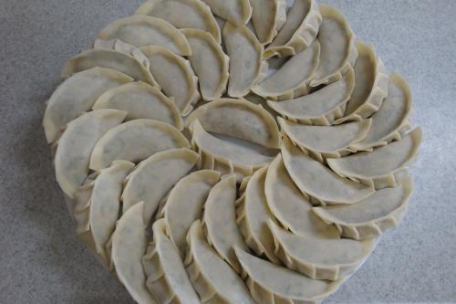 090503-011餃子を皮で包んだところ(縮小)