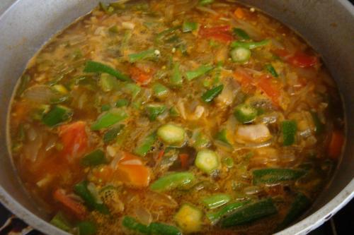 090712-012カレー鍋に野菜投入(縮小)
