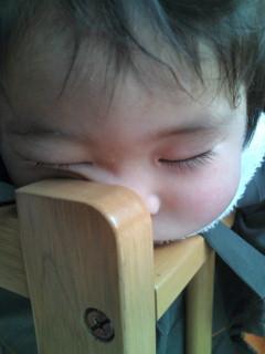 ベッドの隅で寝てる