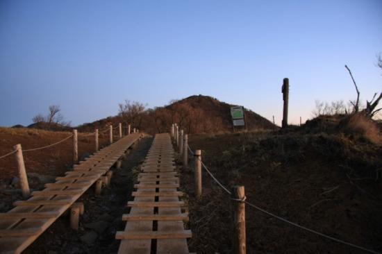 花立から塔ノ岳山頂を見る