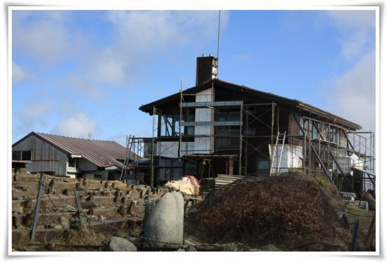 改修工事中の尊仏山荘