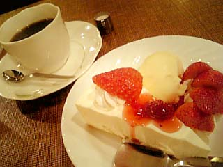 カフェ東亜サプライ イチゴとレアチーズ