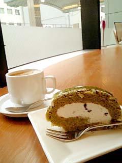 Un Vase 抹茶ロールケーキ+カフェラテ