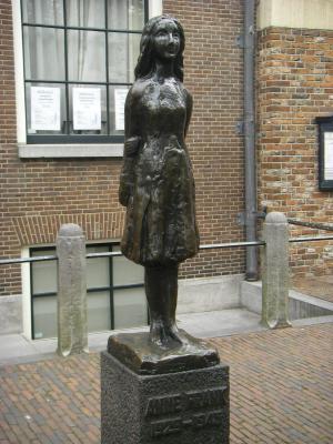 オランダ アンネの銅像