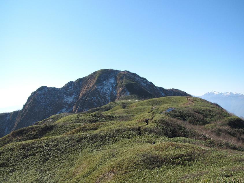笹平と雨飾山(右遠方は朝日岳)