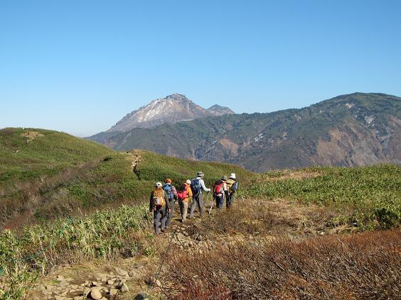 笹平付近を歩く(前方は焼山と火打山、手前右は金山)