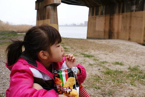 淀川河川敷でピザポテト