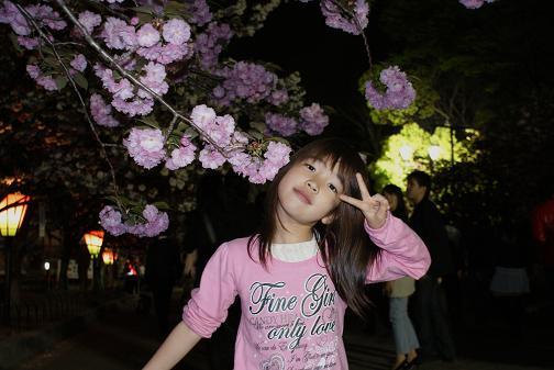 桜の下で2